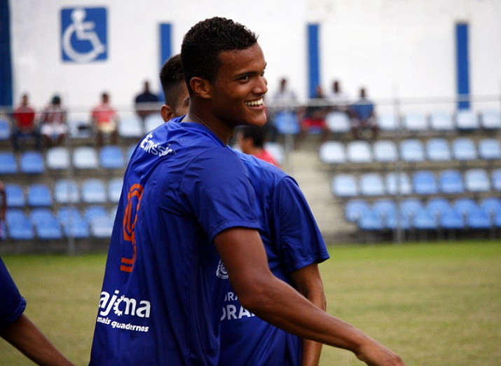 RINDO À TOA! Com dois gols, Lucão foi o destaque da vitória do Itaboraí. Foto: Gabriel Farias.