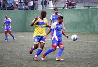 Nenzinho (de amarelo) marcou quatro vezes. Foto: Gabriel Farias.