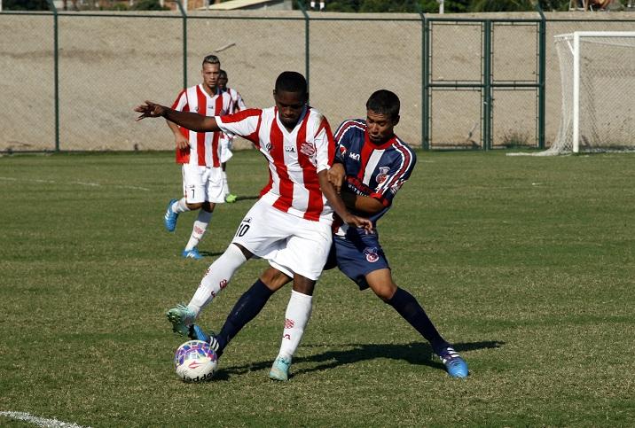 André faz marcação dura no jogo contra o Bangu. Foto: Lucas Alvarenga.