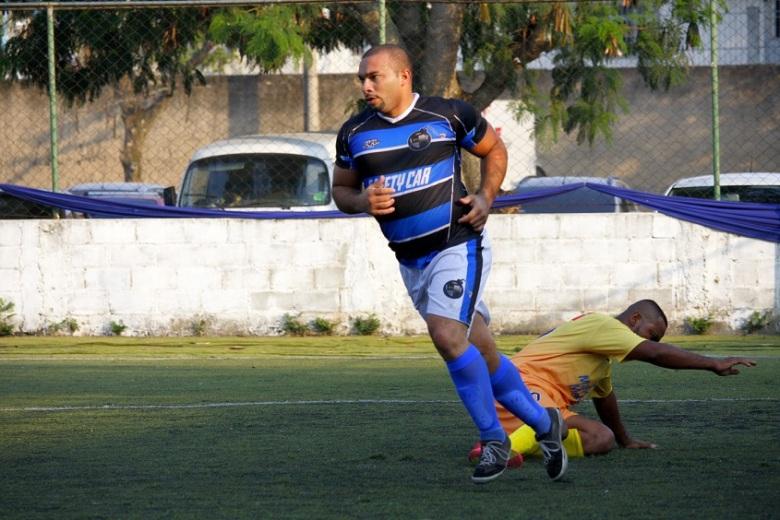 Ramon comemora o terceiro gol do Alcáida, que goleou por 4 a 1. Foto: Gabriel Farias.