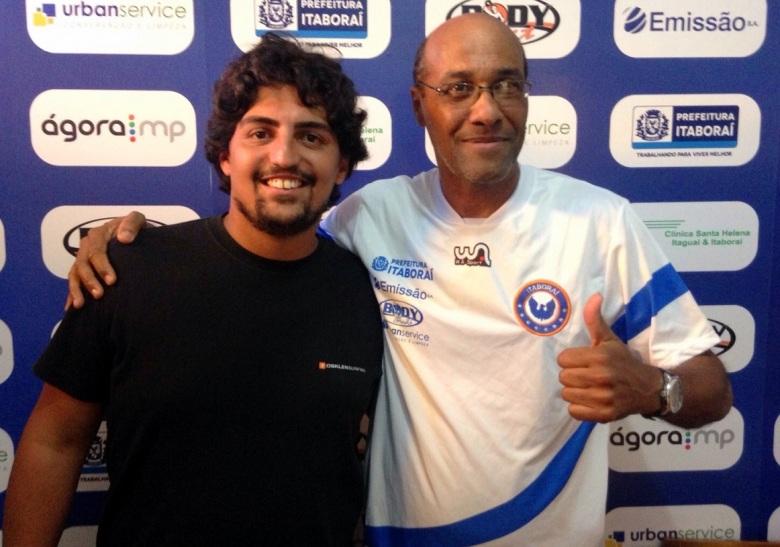 Luiz Antônio vestiu a camisa e posou ao lado do presidente Junior Cardozo. Foto: Divulgação/ADI.