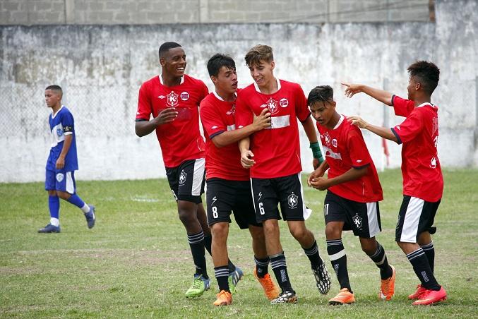 Jogadores comemoram um dos gols que garantiram o título do Gonçalense Juvenil ao Karanba.