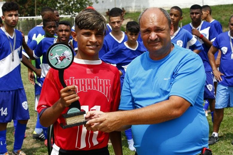 Davi recebe a premiação de artilheiro do Gonçalense Juvenil. Foto: Gabriel Farias.