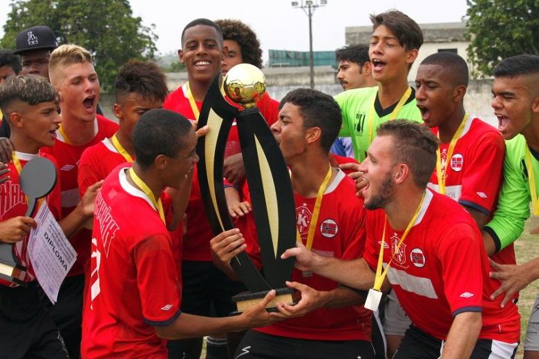 FAZ A FESTA! Jogadores do Karanba erguem a taça no Cordeiros após a goleada. Fotos: Gabriel Farias.