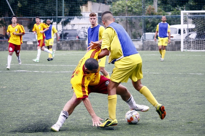 BATALHA! Jogadores de Criciúma e Paraízo fizeram duelo muito pegado. Foto: Gabriel Farias.