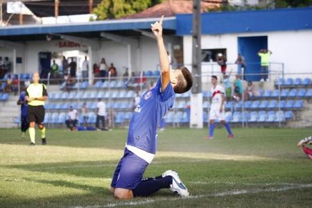 Lucas fez dois gols em cinco minutos na goleada do Itaboraí sobre o Búzios. Foto: Gabriel Farias.