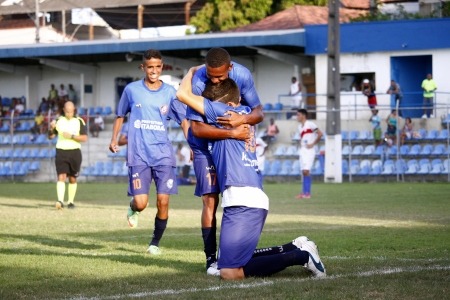 Jogadores comemoram o primeiro gol de Lucas, que abriu o caminho para a vitória. Fotos: Gabriel Farias.