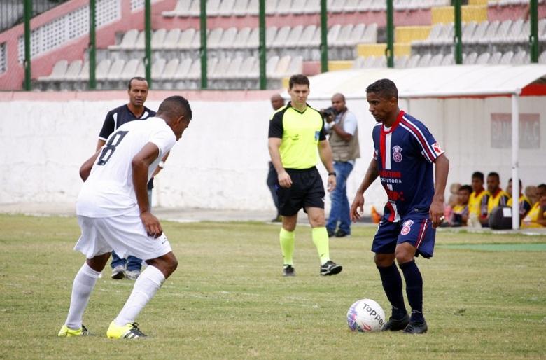 Waguinho esboça o drible pra cima do marcador do Resende, que só observa.