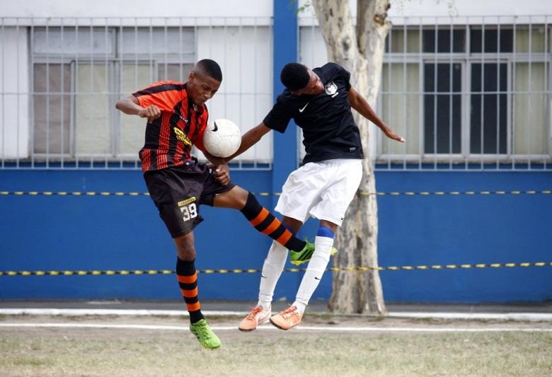 Santa Rosa e Cavalão abriram a competição, com vitória do primeiro time. Fotos: Gabriel Farias.