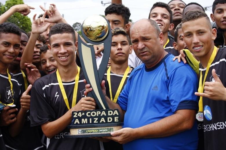 Igor, capitão do Karanba, recebe o troféu da Copa da Amizade Infantil. Foto: Gabriel Farias.