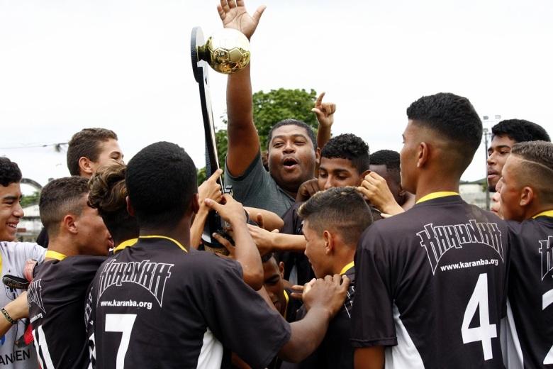 ROTINA. Jogadores do Karanba erguem mais uma taça em São Gonçalo. Foto: Gabriel Farias.