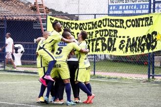 Jogadores comemoram com a faixa da equipe ao fundo. Foto: Gabriel Farias.