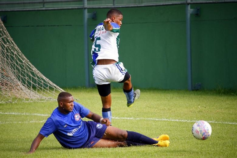 Ivanilson faz marcação acirrada em cima de Carlos, autor do primeiro gol do Artsul.