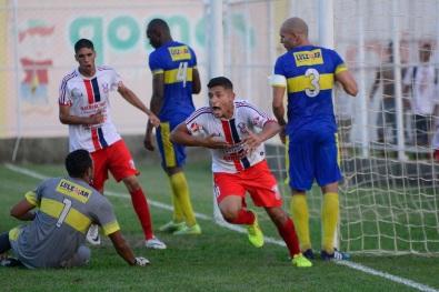 Talisson comemorando o gol